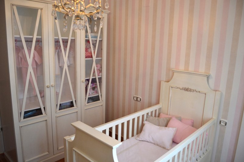 habitacion infantil clasica cuna y armario