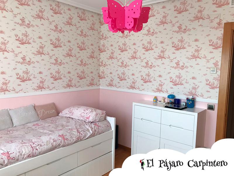 cama doble en el dormitorio de una niña