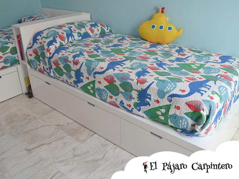 Dormitorio con dos camas en L