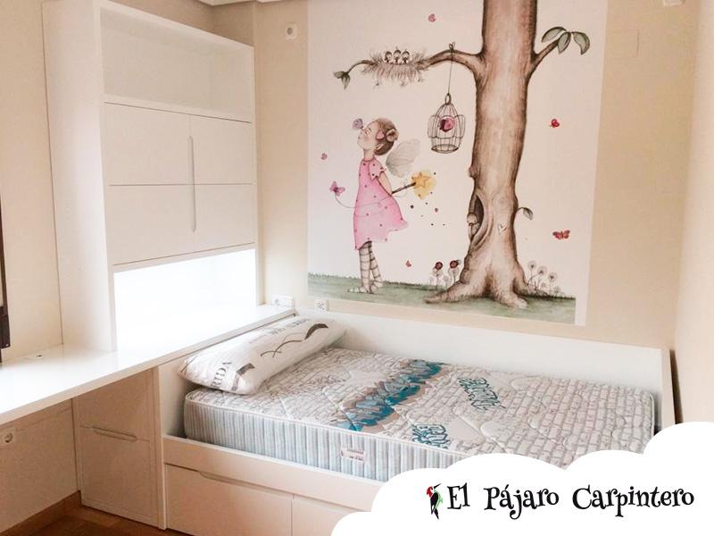 Mural niña y árbol en dormitorio infantil
